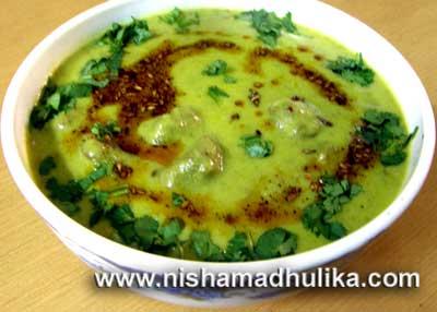 Hara Chana Curry with pakoda